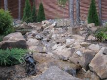Каскадный ручей. Бут песчаника,окатанный песчаник  в ландшафтном дизайне Харьков